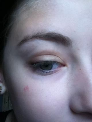 Aplicar al pliegue y esquina exterior del ojo.