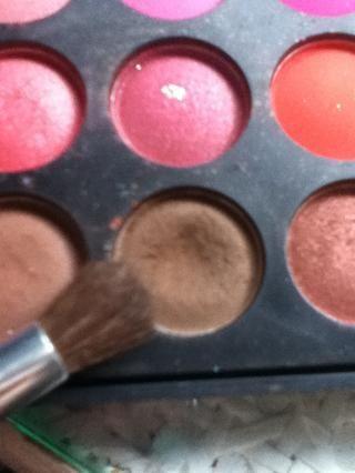Tomando una sombra de ojos de color marrón ...
