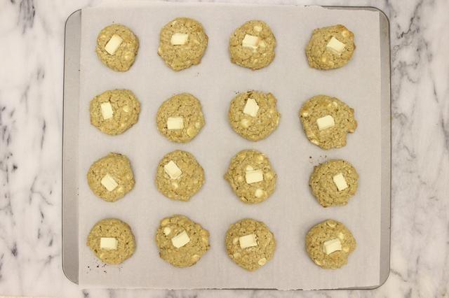 Deje enfriar las galletas en la bandeja durante 5 minutos.