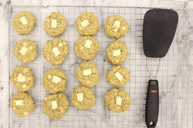 Transfiera las galletas a una rejilla para enfriar completamente fresco.