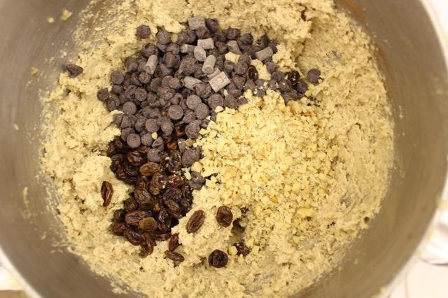Añadir en los chips de chocolate, pasas y nueces picadas.