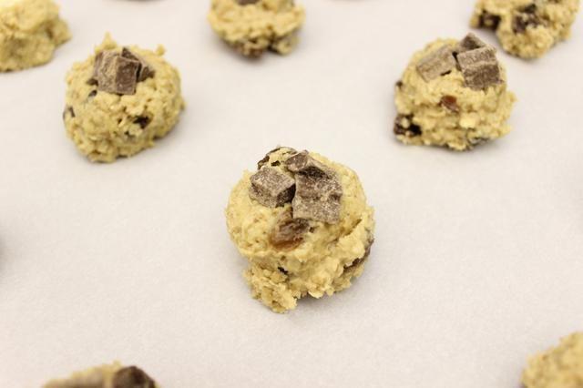 Saque la masa para galletas y cubra con trozos de chocolate como lo hizo con las galletas anteriores. Tuve que superar estos con 3 trozos de chocolate de porque los trozos eran más pequeños que el chocolate blanco.