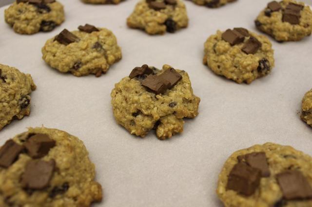 Deje enfriar las galletas en las bandejas durante 5 minutos.