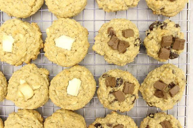 Transfiera las galletas a una rejilla para enfriar completamente.