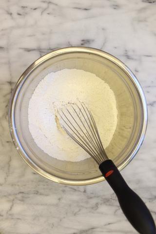 En un tazón mediano, mezcle la harina para todo uso (tamizada), bicarbonato de sodio, polvo de hornear y la sal. Dejar de lado.