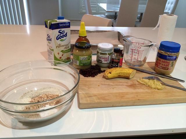 Configure todos los ingredientes. Nota: Coloque los primeros 9 ingredientes enumerados en un tazón grande.