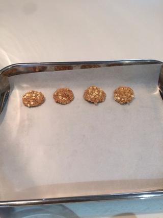 Estirar la mezcla en pequeñas bolas y luego se aplanan con la palma de su mano. Hacer una fila y dejar la masa restante.