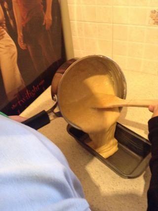 Paso 8: Vierta la mezcla en un molde para pan engrasado.