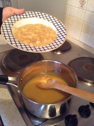 Paso 5: Agregar el puré de plátano y se mezcla en el pozo.