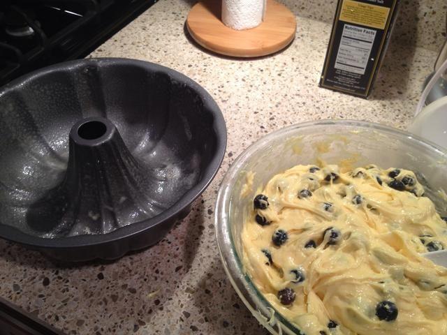 Rocíe un molde Bundt con PAM para hornear o grasa justa y harina a mano. Vierta la mezcla.