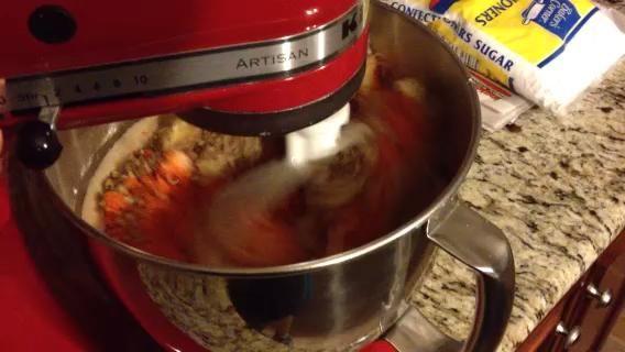 Añadir 3 tazas de zanahorias y 8 oz lata de piña triturada al bateador. El bateador será fina.