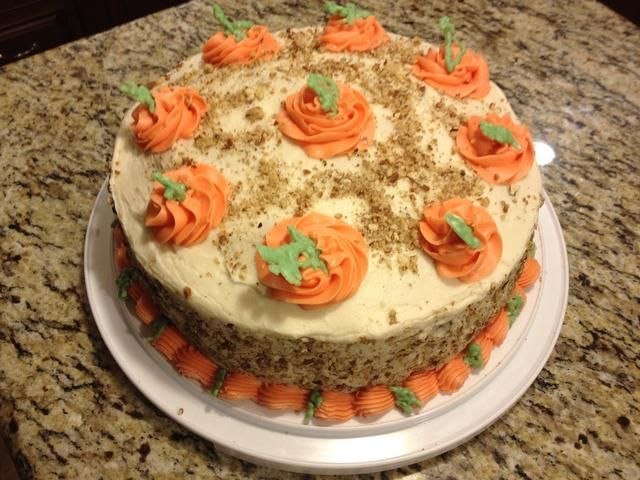 TADA !! (Tengo 3 capas en este pastel cada uno separado por glaseado de queso crema. Entonces me puso tuercas adicionales alrededor de la torta. Se hace una torta maravillosa fiesta!) Confirmar Mi RECETA DE QUESO CREMA