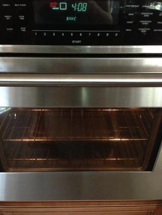 Coloque la bandeja de agua en la rejilla inferior y precalentar el horno a 325F.