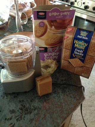 Moler las galletas graham en un procesador de alimentos para hacer migas (también puede añadir las cookies Gingersnap por alguna yum extra).
