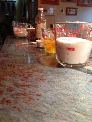 Añadir todos los demás ingredientes de la crema de queso cremoso, en este orden: 1,5 tazas de azúcar, huevos, harina, sal, extracto de vainilla, jugo de limón, crema agria. ¡¡No haga sobre mezcla!!