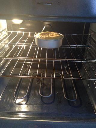 A continuación, poner en el horno y se deja cocer durante cuánto tiempo cada vez llama a la masa del pastel original para y en función del tamaño de la torta de pan que tiene. Sólo tienes que comprobar con un palillo de dientes para asegurarse de que salga seco.