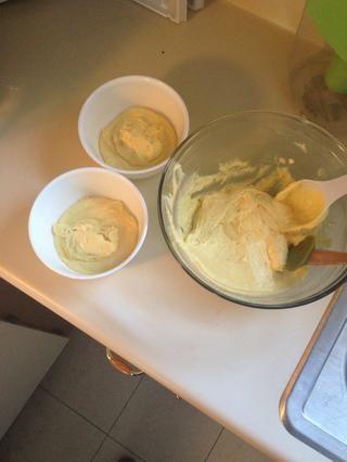 DivId la masa del pastel en dos cuencos con 4/3 taza de la mezcla en cada tazón.