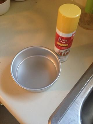 Añadir aerosol antiadherente para cocinar a la sartén.