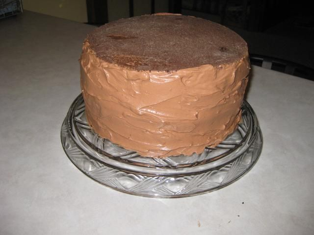 Mezclar el látigo fresco restante con el ganache de chocolate restante y cubrir los lados de la torta con él.