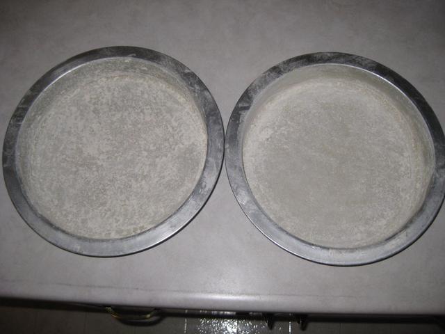 Siguiente recubrir las cacerolas en la harina y aprovechar el exceso.
