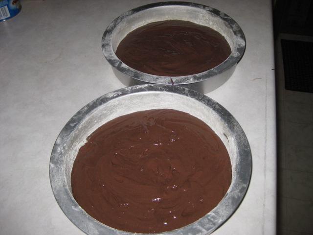 Igualmente dividir la mezcla en los dos moldes y hornear a 350 grados durante unos 15 minutos, o hasta que esté firme.