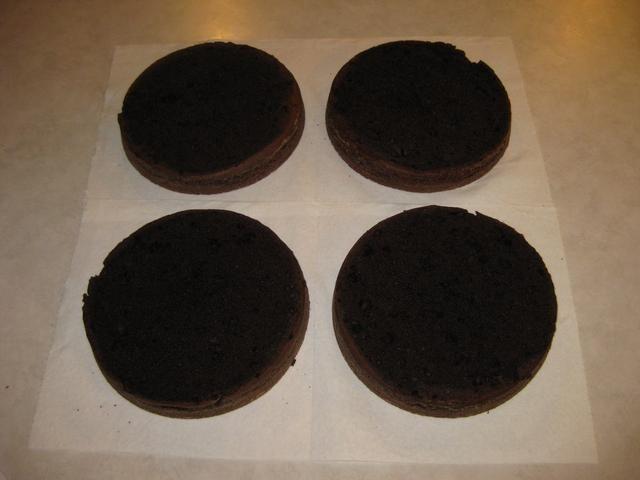 Una vez frío, cortar la parte superior de la torta para que estén plana.