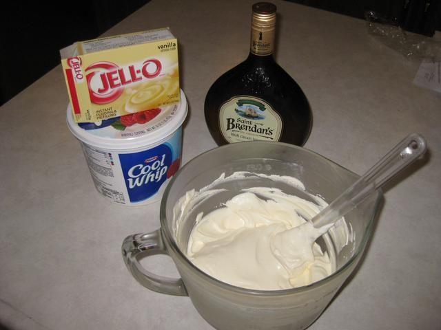 Para el relleno, he utilizado la mitad del recipiente con látigo fresco, la mitad de la caja de pudín de vainilla instantáneo, y un poco de la crema irlandesa.