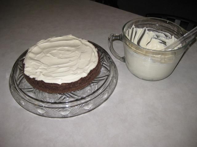 Cubra la primera capa de la torta con el relleno fresco látigo.