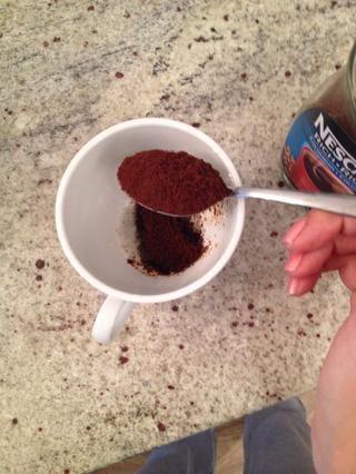 Añadir el café instantáneo y mezclar hasta que se disuelva
