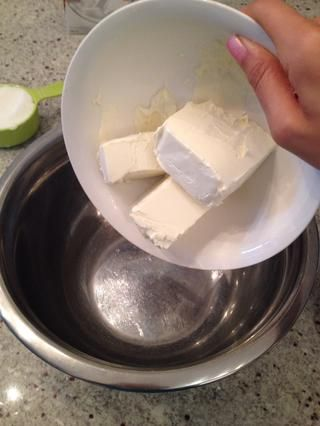 En un recipiente agregue el queso crema ablandado