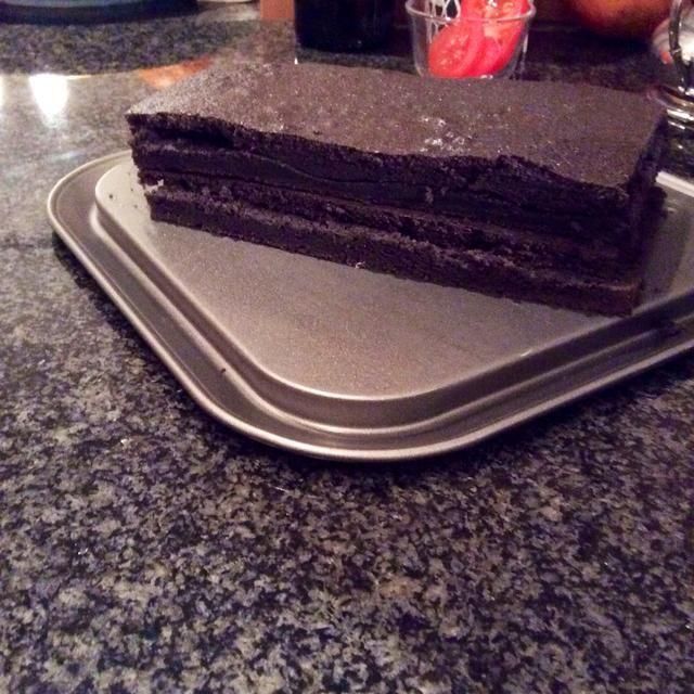 Cortar el pastel por la mitad y luego cortar cada mitad en el medio para conseguir 4 capas.