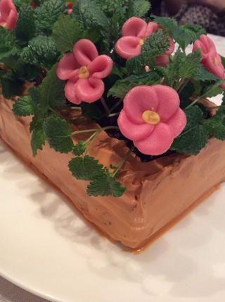 Aquí tienes, un pastel de terciopelo negro con crema de color rosa que se ve como un jarrón con flores! Bastante bien, ¿eh?