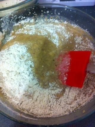 Combine los ingredientes secos doblando a la mezcla húmeda.