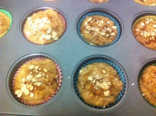 Coloque la mezcla en el molde para muffins. Espolvorear con la avena y azúcar de coco antes de colocar en el horno @ 180c de 15-20 minutos.