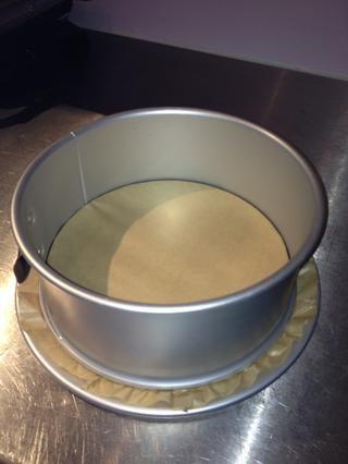 Prepare la lata, poner papel de horno en la parte inferior y la mantequilla los lados. Encienda el horno a 180 grados centígrados (356F).