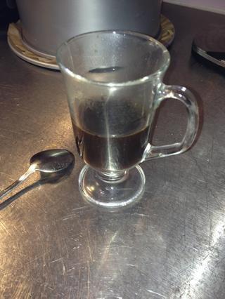 Invente sabor café con 1 cucharadita de café instantáneo, 2 cucharadas de azúcar morena luz suave y 50 ml de agua caliente. Mezclar hasta que todo se haya disuelto ..