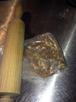 Machacar las nueces: colocarlos en una bolsa de plástico y les golpear con un palo de amasar.