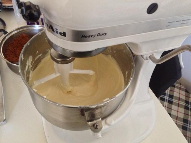 Añadir la nata y la vainilla. A continuación, mezclar los huevos y yemas de huevo una a la vez. Mezclar hasta que la mezcla esté suave. Verter en el molde preparado con la corteza