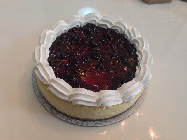 Usted puede terminar el pastel de queso añadiendo su relleno de pastel favorito (yo solía llenado de arándanos) y me toqué un poco de crema batida en los lados