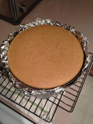 Sacar la tarta del Pan tostado y deje que se enfríe durante al menos una hora.