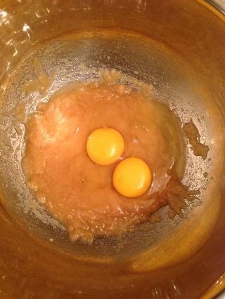 Batir los huevos.