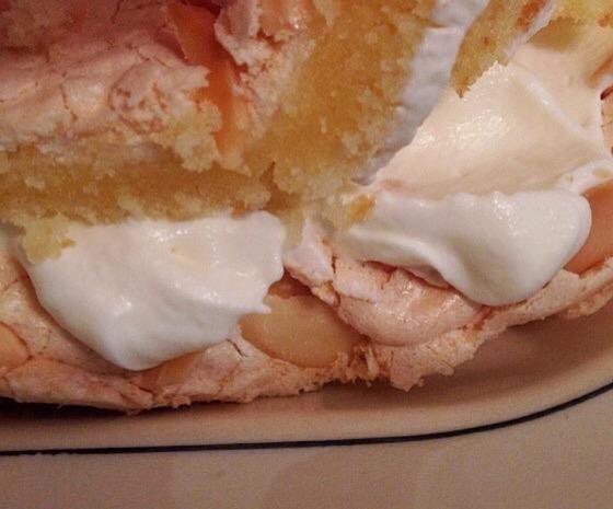 Aquí la capa inferior está cubierto con crema batida y la segunda capa se añade en la parte superior. Si lo desea, agregue bayas o fruta de su elección en la parte superior de la crema batida o servir las bayas en el lateral.