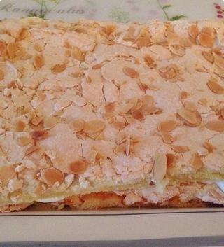 Añadir la segunda capa de pastel. Ambas capas se ven exactamente lo mismo. La capa intermedia es la crema batida.