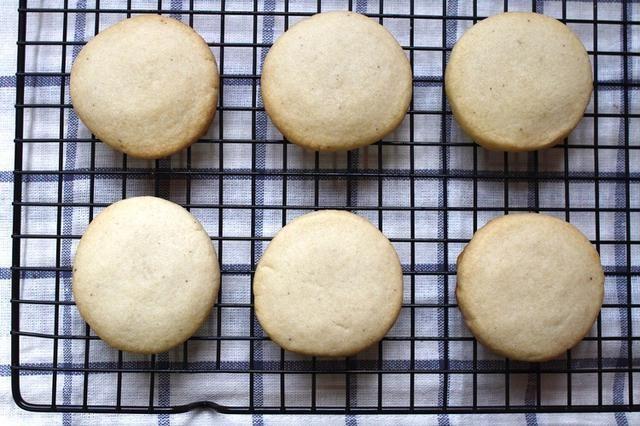 Hornee hasta que esté ligeramente dorada en los bordes, unos 20 minutos. Dejar enfriar en la bandeja del horno durante 5 minutos, y luego transferir a una rejilla para enfriar enfriar completamente. .