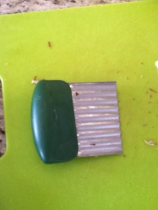 Pelar las patatas dejando pedazos dejados de la papa. Ahora empezar a cortar las patatas alrededor de un cuarto de pulgada de espesor. He utilizado esta herramienta útil pero simplemente les puedo cortar con un cuchillo.