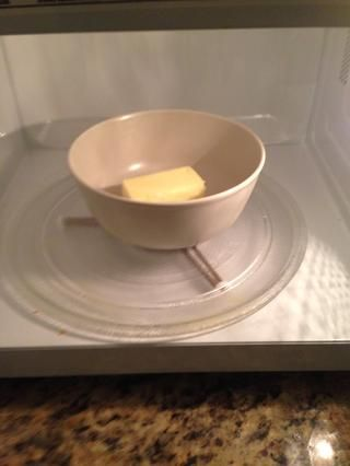 Poner la mantequilla en el microondas hasta que se derrita