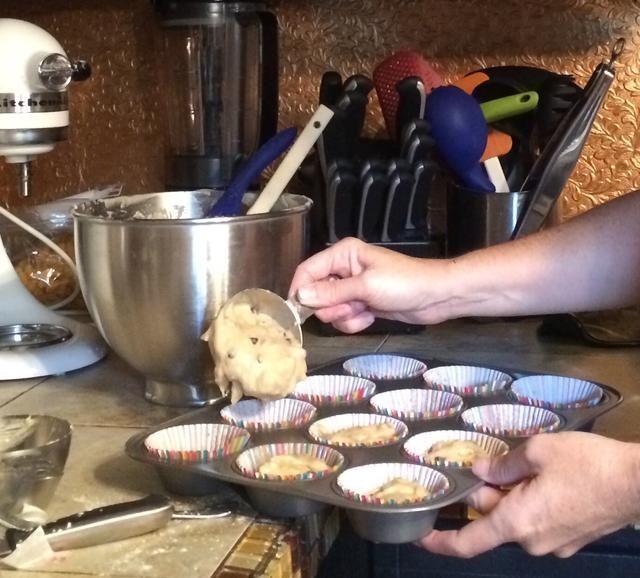 Use una taza de medir de 1/2 taza y cuchara la mezcla en los revestimientos.