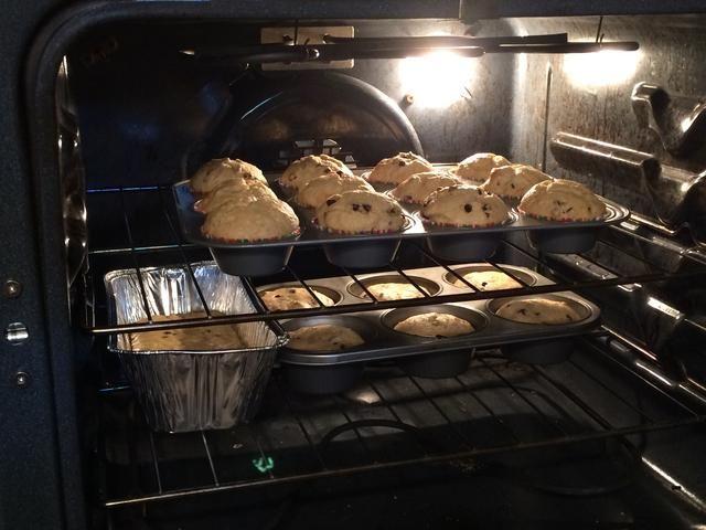 Hornear durante unos 15- 20 minutos. Puede ver aquí que esta receta hace 24 magdalenas más una pequeña barra de pan.