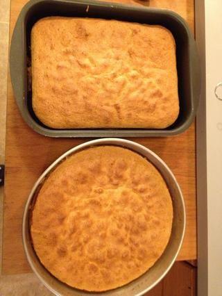 Ambas tartas hechas! El jarabe viscoso ooey se encuentra en la parte inferior por lo que antes de servirlo a su vez la torta al revés.