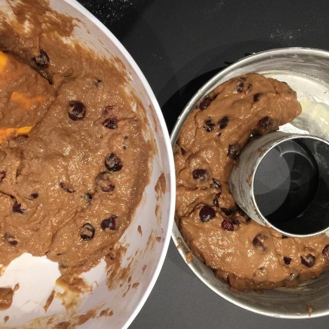 Ponga la mezcla en el molde. Es bastante gruesa para nivelar con una cuchara o espátula. Hornear en un horno precalentado 170C 1:15 minutos